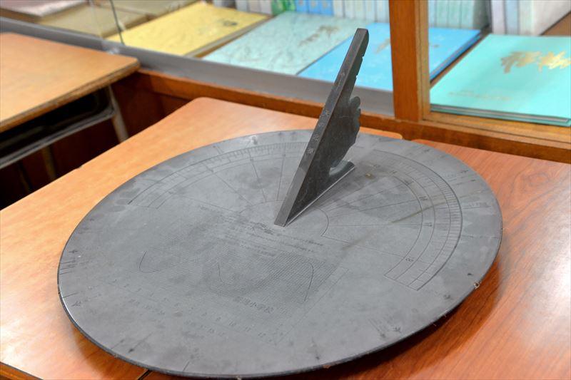新潟小学校の長い歴史を感じさせる日時計